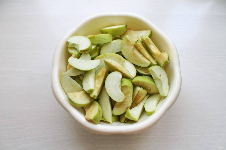 У яблок удалите сердцевину и порежьте тонкими дольками, удаляя поврежденные и порченые места. Выложите в таз и пересыпьте сахаром, перемешайте.