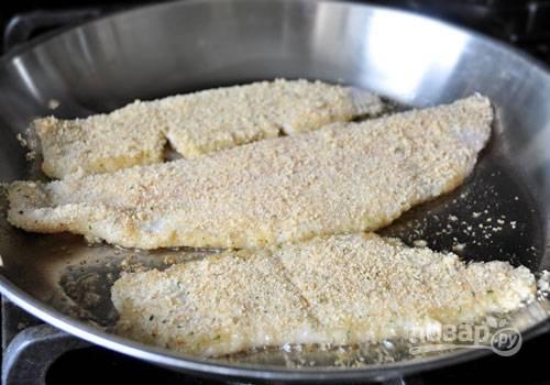 1. Обваляйте слегка филе камбалы в панировочных сухарях, приправьте солью и перцем по вкусу.