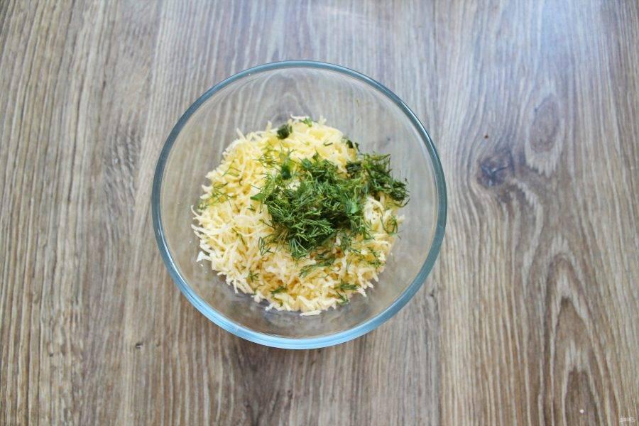 Укроп мелко порежьте и выложите в миску с сыром.