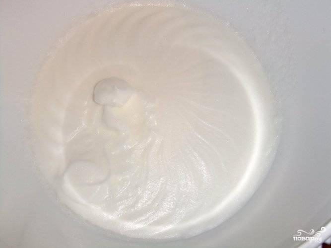 Охлажденные белки взбейте миксером со щепоткой соли до белой пены.