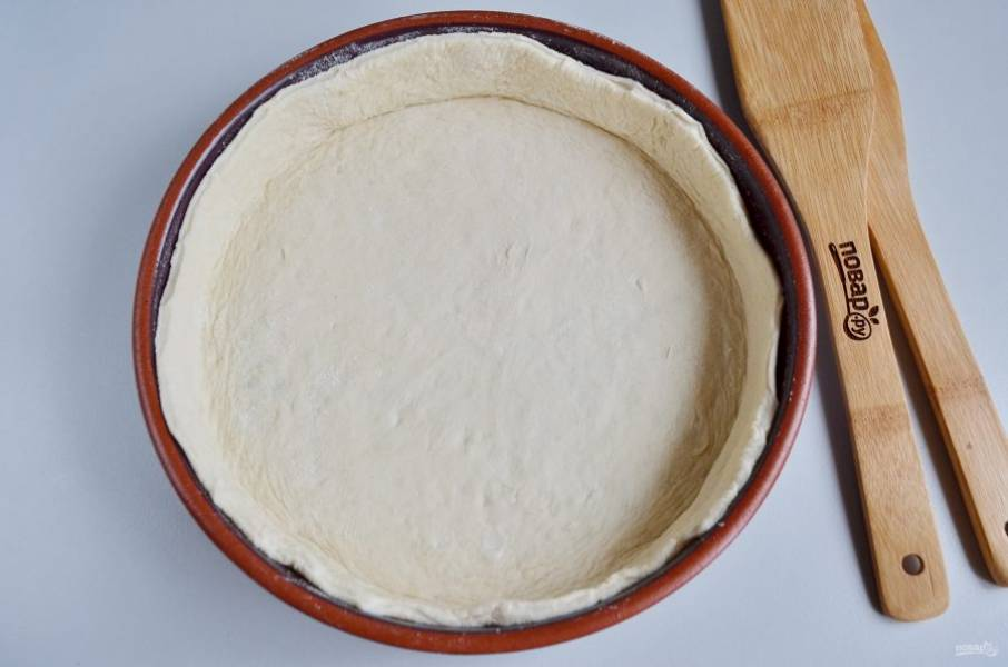 Тесто распределите по форме, сделайте высокие бортики. Форму я смазывала растительным маслом.