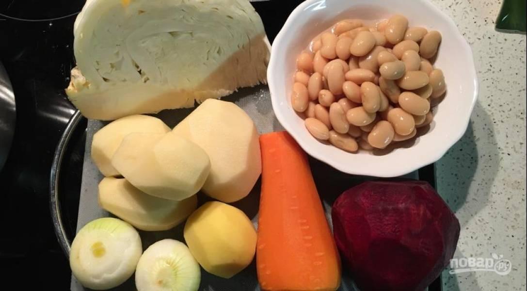 Овощи все помойте и очистите. Картофель  порежьте кубиком, лук мелко нашинкуйте, свеклу и морковь нарежьте соломкой.