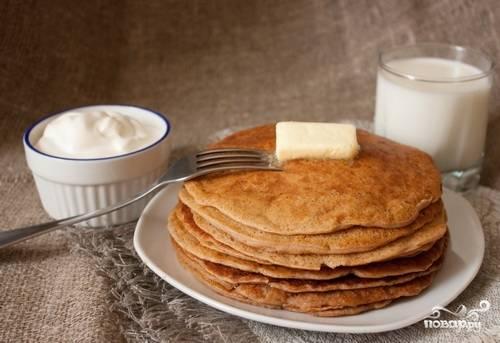 На разогретой с маслом сковороде выпекайте блины до золотистого цвета с каждой стороны. Приятного аппетита!