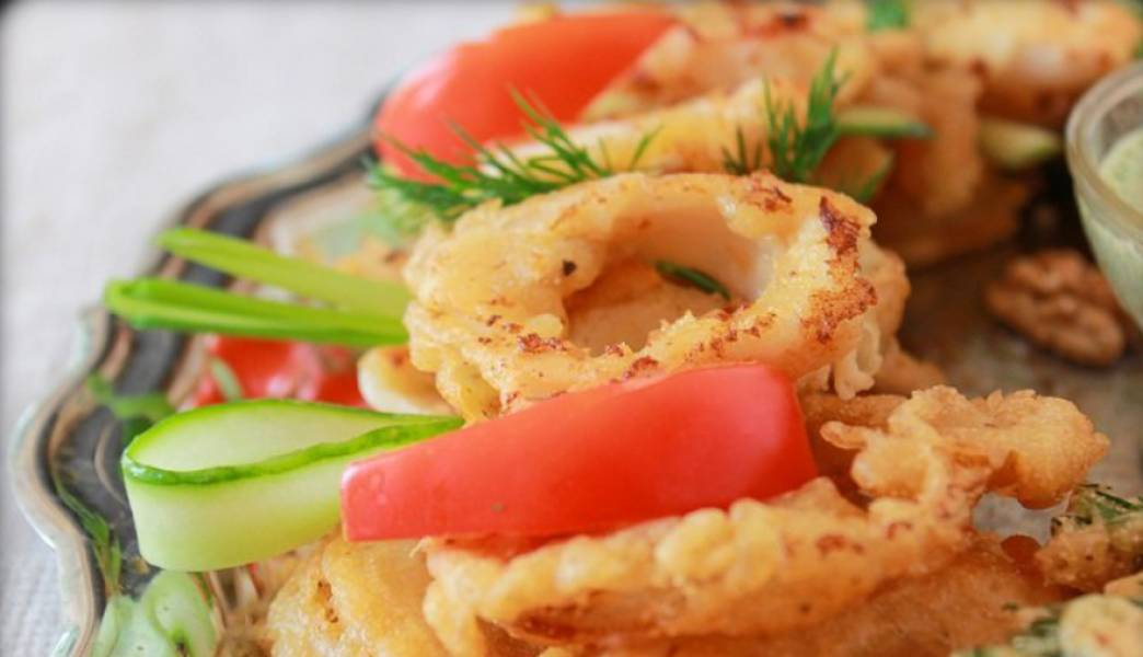 Подаем блюдо к столу в горячем  виде, украсив ломтиками свежих овощей. Приятного аппетита!
