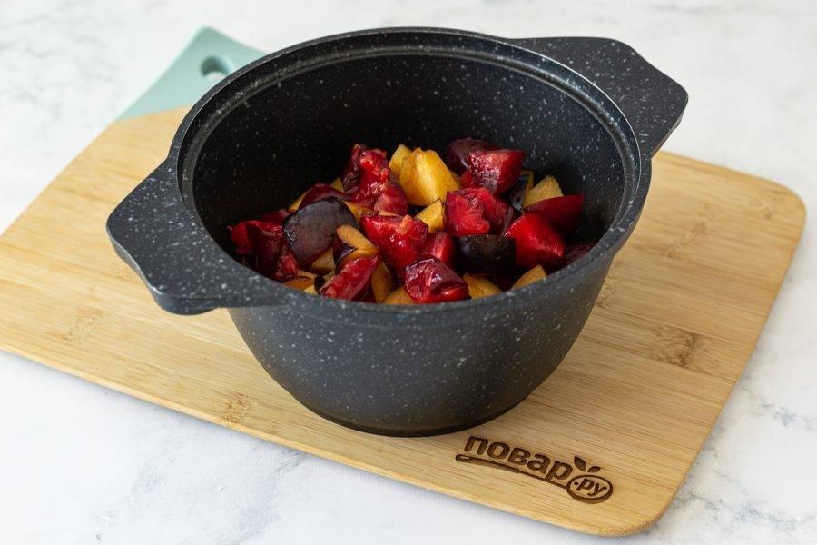 Нарежьте сливы и яблоки кубиками. Переложите в кастрюлю с толстым дном.