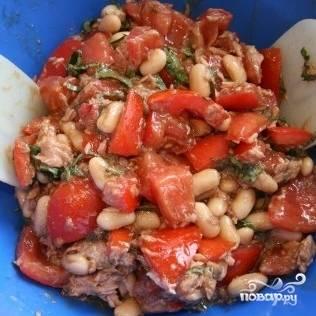 Салат с фасолью и тунцом готов. Приятного аппетита!