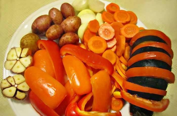 """2. Все овощи моем и нарезаем, как на фото. Картофель оставляем не чищенным, а помидор и баклажан складываем """"гармошкой""""."""