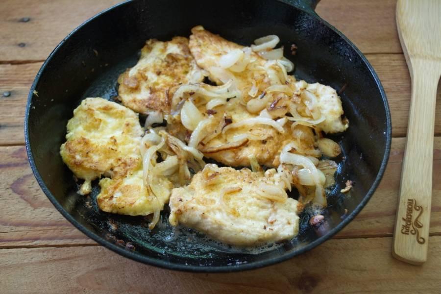 На отдельной сковороде пассируйте репчатый лук. Добавьте лук к мясу.