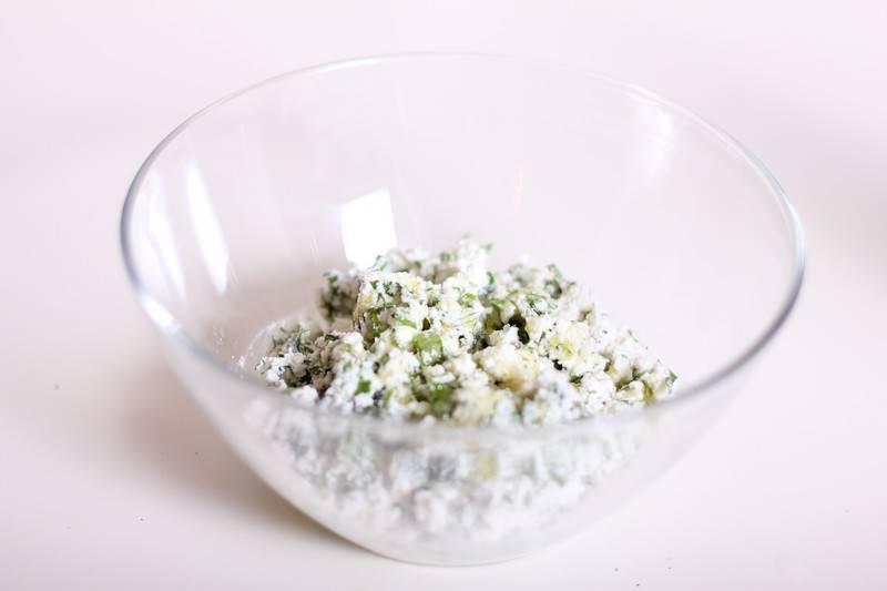 5. Добавить творог и немного оливкового масла. Посолить немного при необходимости и добавить по вкусу перца. Тщательно перемешать начинку до однородности.