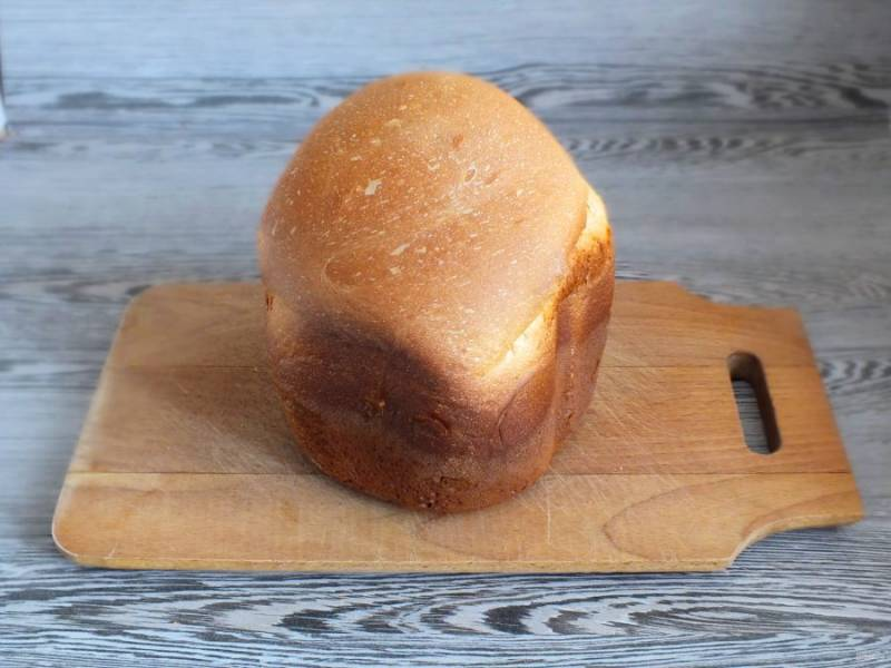 После звукового сигнала, достаньте ведерко с хлебом и переложите его на доску. Переверните на бок и охладите. После можно подавать к столу.