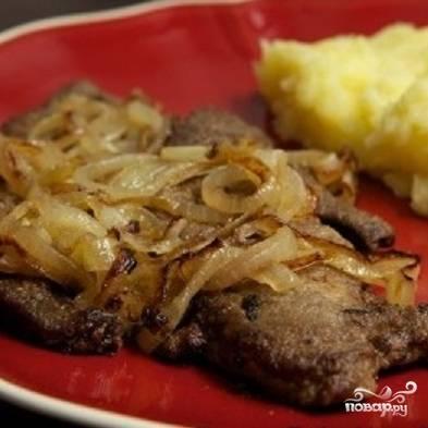6. Готовую говяжью печень выложите на тарелку, сверху - жареный лук. Подавайте печень с луком с картофельным пюре или вареной картошкой. Приятного аппетита!
