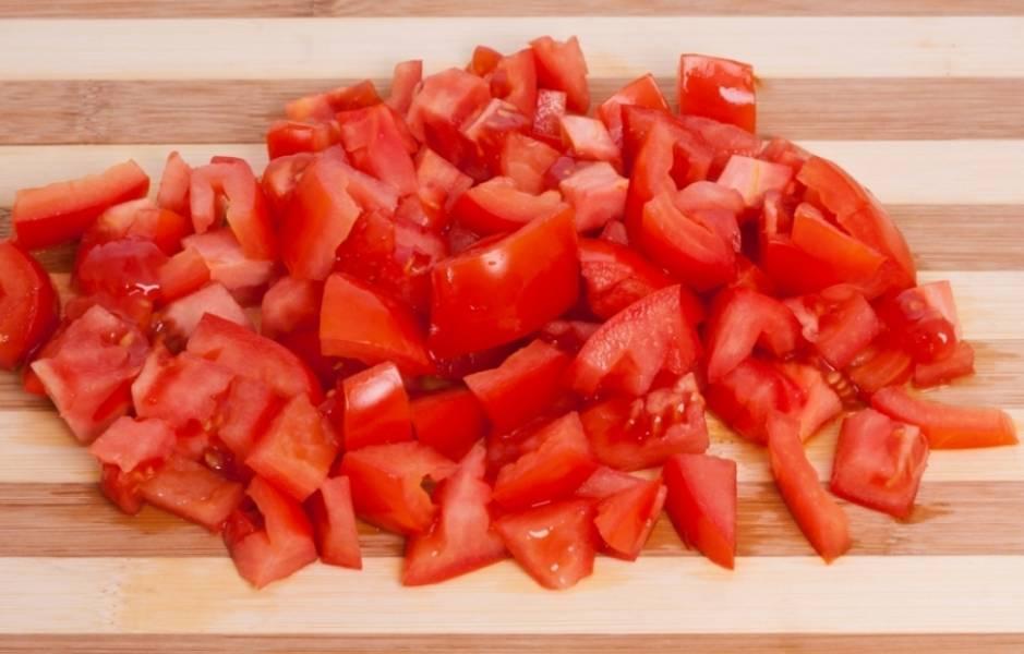 3. Такого же размера нарезаем помидоры и отправляем также жариться к баклажанам. Теперь можно посолить и поперчить по вкусу.