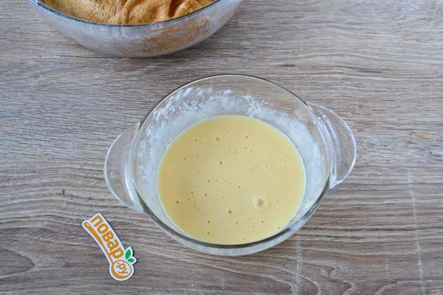Подготовьте заливку. 2 яйца взбейте с 2 ст. ложками сметаны и щепоткой соли.