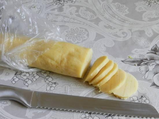 Из подоспевшего теста скатайте колбаску, нарежьте кружками и разложите их на застеленном пергаментом противне. Разогрейте духовку до 180 градусов и выпеките печенье в течение 10 минут. Пока горячее смажьте его сверху смесью меда и сока лайма.