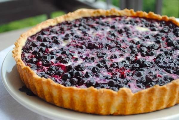 9. Вылить начинку в форму и отправить пирог в разогретую духовку минут на 25-30. Вот такой простой рецепт пирога со смородиной из песочного теста. После выпекания остудить и можно подавать к столу.
