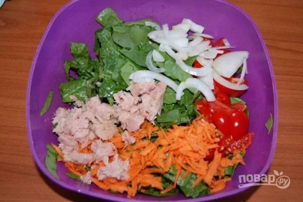 Добавим в миску к шпинату лук, морковь, помидоры и измельченный тунец без сока. Добавим соль и перец по вкусу, заправим салат оливковым маслом и перемешаем.