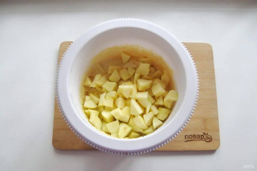 Добавьте нарезанные яблоки в тесто.