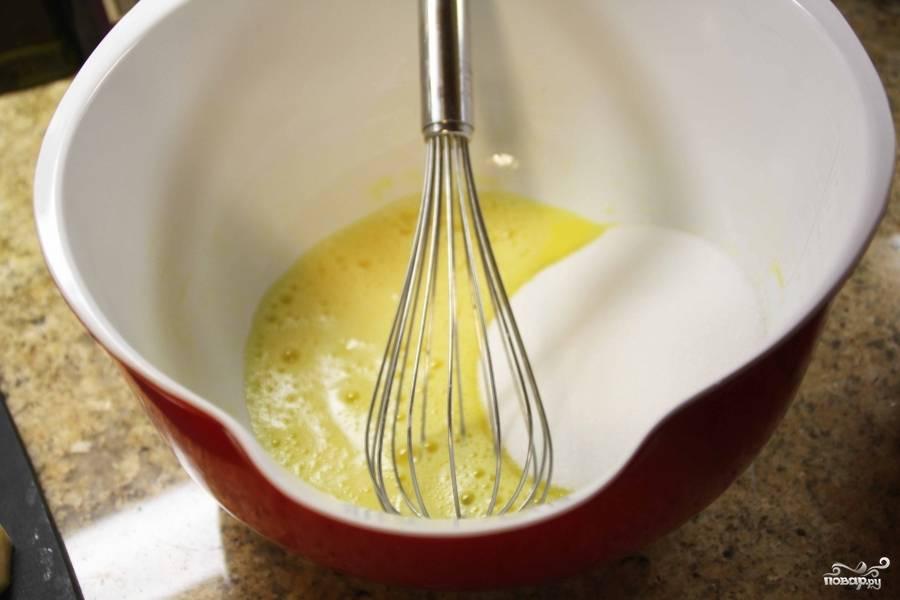 Взбейте сахар с яйцом и порошком для выпечки.