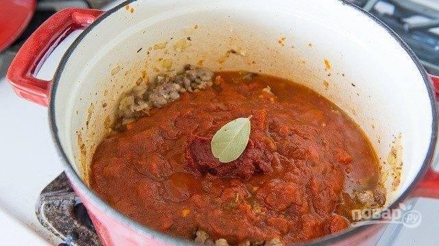 5. Сразу после этого добавьте пасту, соус, бульон и лавровый лист. Варите суп 20 минут на среднем огне под крышкой.