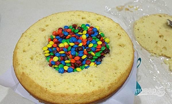 Выложите в центр конфеты.