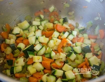 Поставьте на плиту кастрюлю с толстым дном и влейте в нее растительное масло. Когда оно хорошенько разогреется, обжарьте на нем заранее подготовленные овощи. Затем положите к ним нарезанный кубиками цукини и обжаривайте до мягкости.