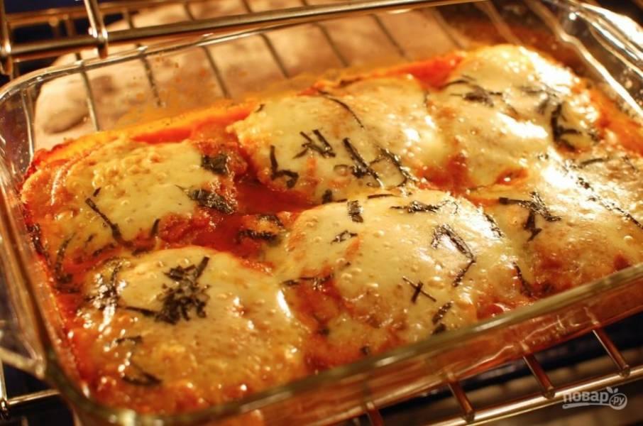 12.Накройте форму фольгой и запекайте при 180 градусах около 30 минут. Подавайте готовое блюдо спустя 5-7 минут после запекания.