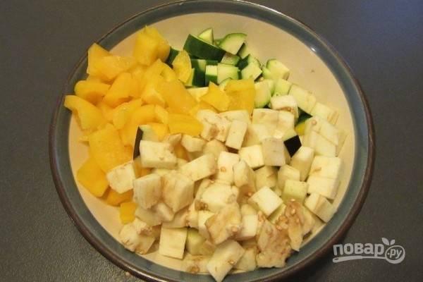 1.Все овощи почистите, промойте. Нарежьте средними кубиками баклажаны, кабачки и сладкий перец.