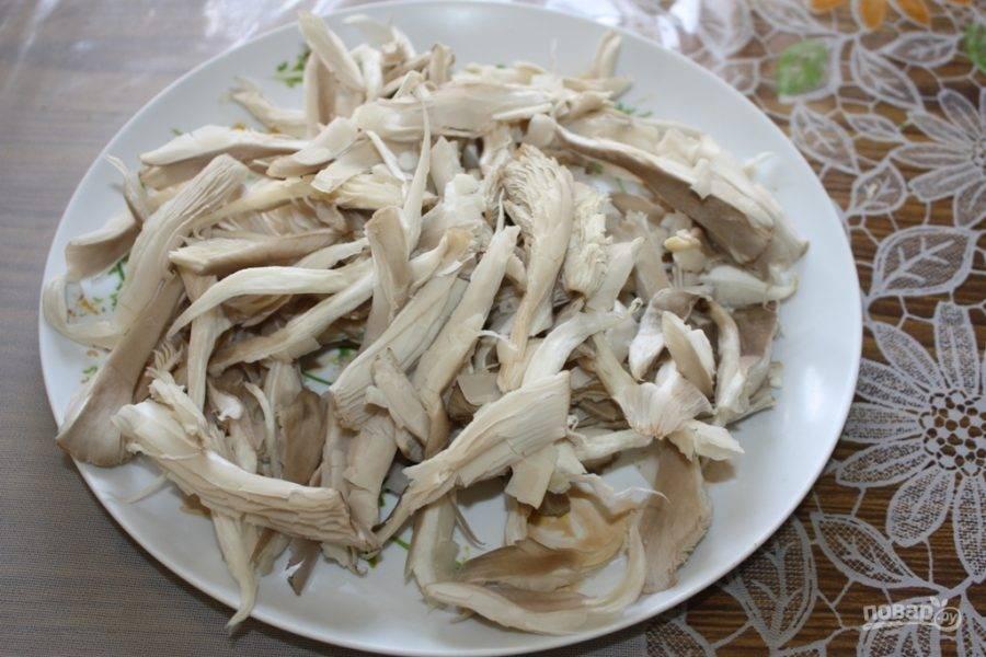 1.Вымойте грибы и очистите их от тонкой кожуры, обрежьте край плодоножки. Нарежьте грибы небольшими полосками.