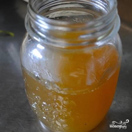 Процеженный сироп переливаем в небольшую баночку. Собственно, сироп готов, и теперь достаточно разбавить его кипятком (в пропорции 1 часть сиропа к 4 частям кипятка) или холодной водой (в тех же пропорциях), для получения горячего или холодного чая соответственно.
