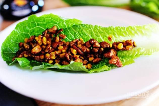 5. Поместите смесь из тофу на листья салата и украсьте ломтиками авокадо перед подачей.