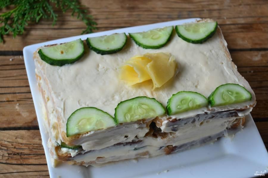 Бутербродный торт готов! Нарезайте его порционно и кушайте с удовольствием, а также угощайте своих гостей!