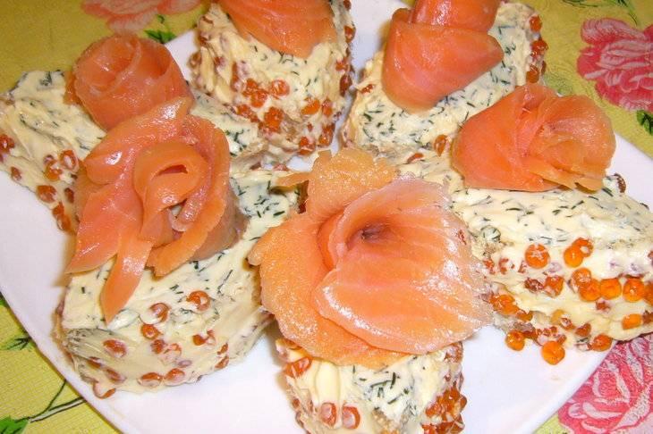 Из форели сделайте розочку и уложите на хлеб с икрой. Приятного аппетита!