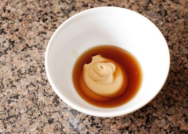 5. Осталось дело за малым - сделать соус. Для этого соедините горчицу с кленовым сиропом, как следует перемешайте и 2/3 соуса вылейте сверху. Отправьте форму в разогретую духовку.