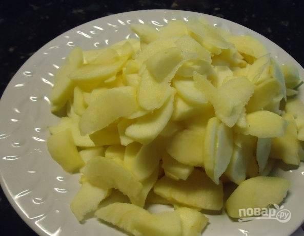Яблоки промываем, очищаем от кожуры и нарезаем небольшими кусочками. Чтобы яблоки не почернели, их можно сбрызнуть лимонным соком.