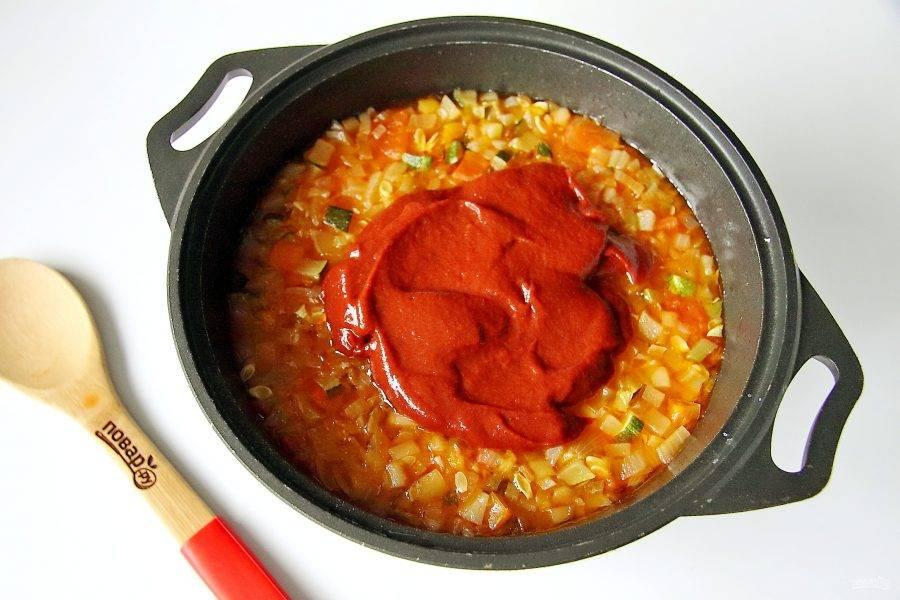 Затем добавьте томатную пасту. Перемешайте и тушите все вместе еще 15 минут.