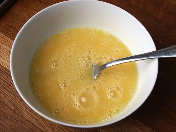 6. Яйца взбить со щепоткой соли и на отдельной сковороде пожарить омлет.