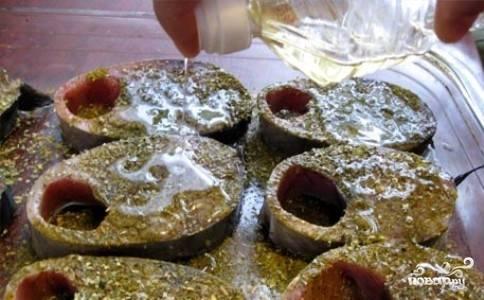 Затем аккуратно полейте стейки оливковым маслом.