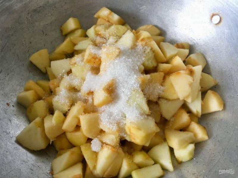 3.Переложите яблоки в сковороду к сливочному маслу, влейте воду, добавьте сахар и перемешайте.