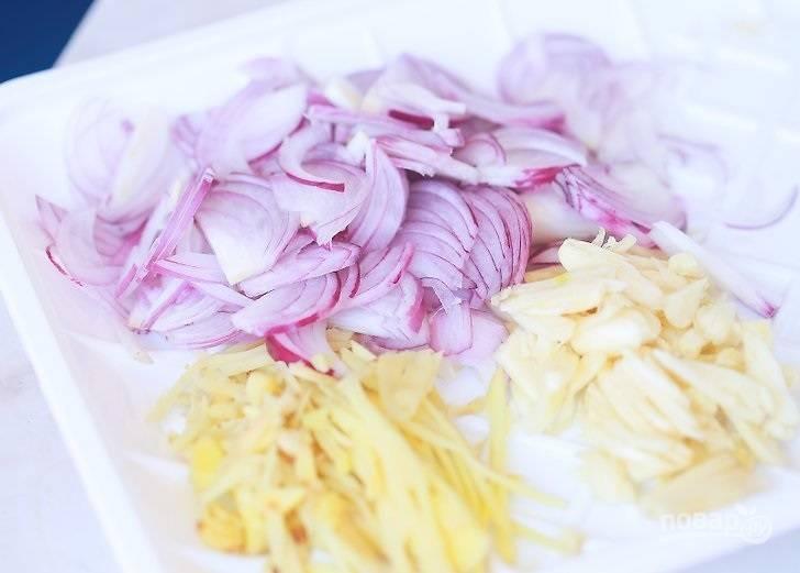 1. Очистите и измельчите лук, чеснок и имбирь.