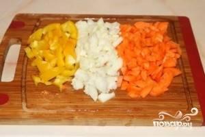 Лук порежьте четверть-кольцами, сладкий перец и морковь – дольками среднего размера.