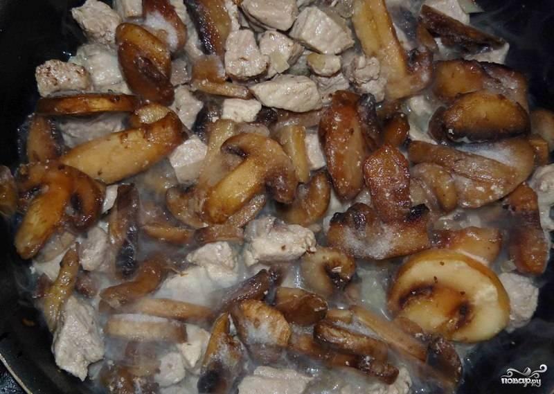 Добавляем грибы (у меня были замороженные).