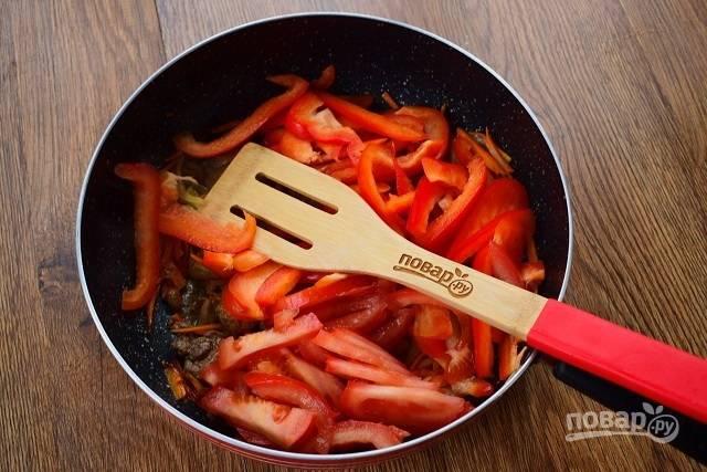 Помидоры нарежьте ломтиками, перец — соломкой. Добавьте овощи в сковороду, готовьте в течение 2-3 минут.