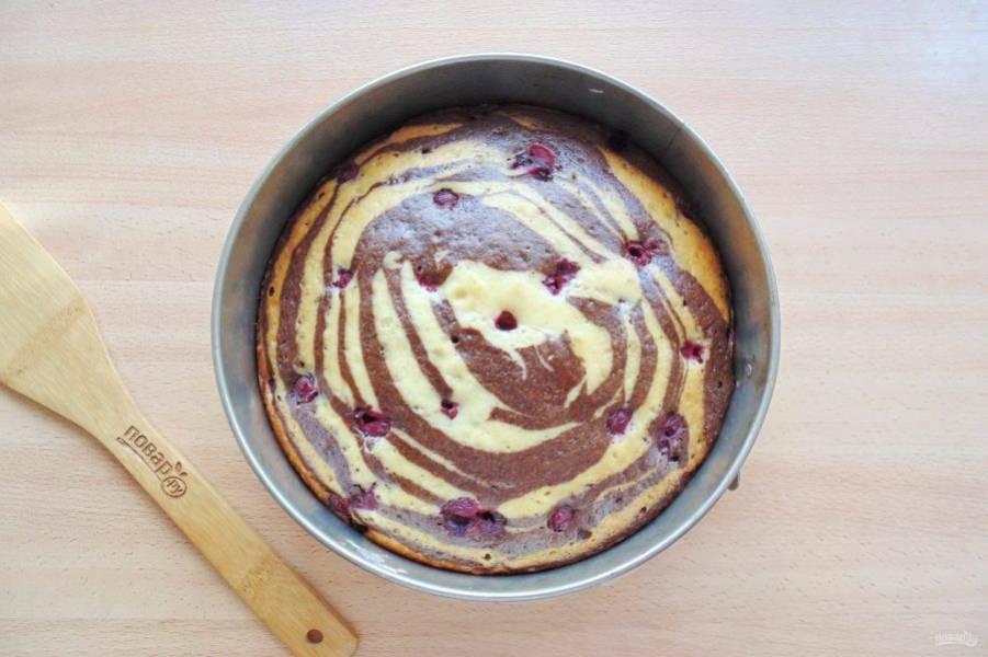 Выпекайте пирог в духовке разогретой до 175-180 градусов 40-50 минут. Готовность проверьте деревянной палочкой. При накалывании в середине пирога, она должна выходить сухой.