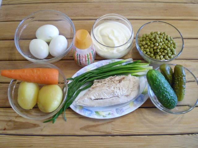1. Приготовим продукты для салата. Овощи, яйца, куриное филе нужно заранее отварить до полной готовности. Остудить. Овощи и яйца почистить.