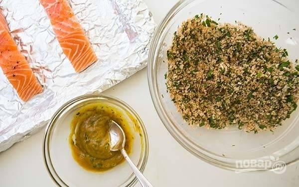2.Промойте и мелко нарежьте петрушку и тимьян. Смешайте в небольшой миске горчицу, мед и половину измельченного тимьяна. В другой небольшой миске смешайте панировочные сухари, оставшийся тимьян, оливковое масло, петрушку, паприку, посолите и поперчите по вкусу.