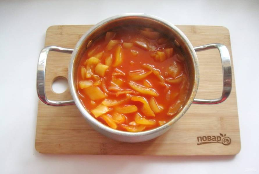 Поставьте кастрюлю на плиту, доведите содержимое до кипения и варите 20-25 минут. В конце добавьте уксус и перемешайте.