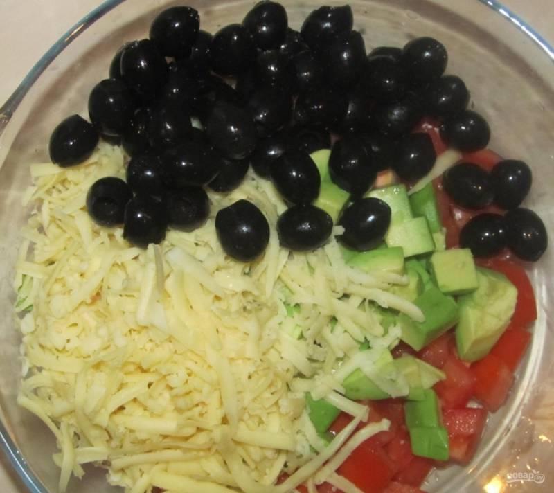 6.Открываю банку маслин, сливаю с них жидкость, высыпаю их в салатник.