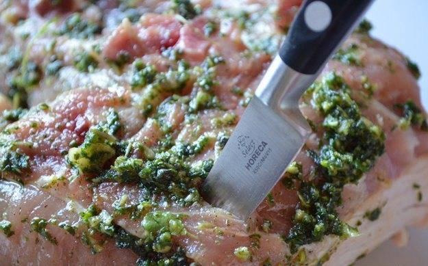 Теперь обмажем мясо со всех сторон подготовленным маринадом. Можно проколоть ножом самую толстую часть мяса, чтобы маринад проник и туда.