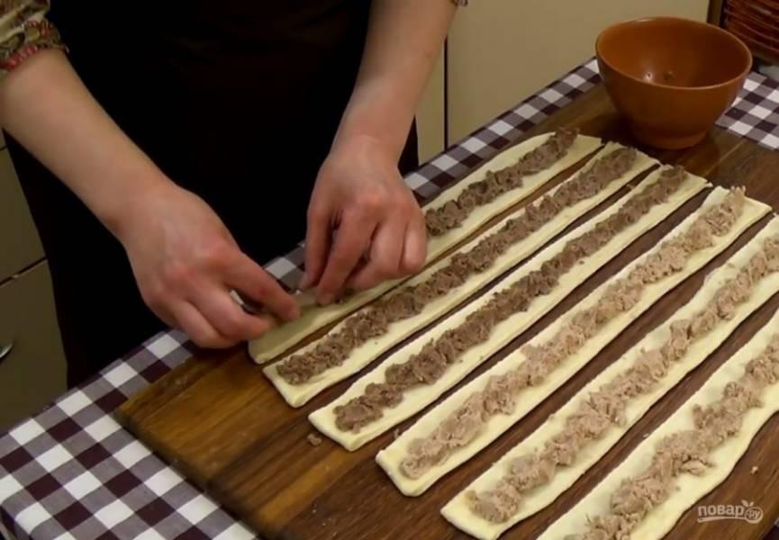3.  Куриное мясо и фасоль отварите и измельчите блендером, посолив и поперчив по вкусу. К курице добавьте луковицу, к фасоли —  чеснок. На каждую полосу выложите начинку.