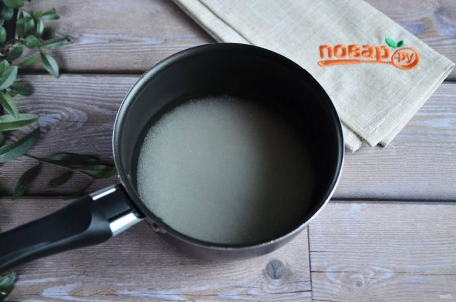 9. Соедините сахар, ванильный сахар и воду. Доведите до кипения. Проварите сироп минутку, добавьте растительное масло и снимите с огня.